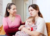 女性は悲しいの大人の娘に慰めを与える — ストック写真