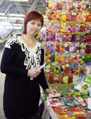 Jardinero hembra compra las semillas — Foto de Stock