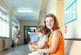 Woman with child at the clinic — Stockfoto