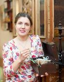Frau mit Schatztruhe im Jahrgang Interieur — Stockfoto