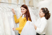 Mujer madura con novia en la boda de la tienda — Foto de Stock