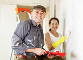 Woman and man makes repairs in home — Stock Photo