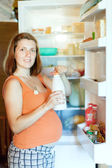 Pregnant woman with milk bottle — Stock fotografie