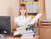 Zakenvrouw lezing documenten in office — Stockfoto
