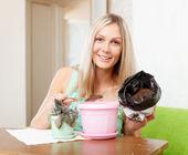 Mujer trasplantes viola en maceta flor — Foto de Stock