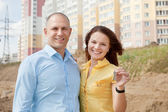 Happy couple against new house — Stockfoto