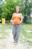 Pregnancy woman against summer park — Stockfoto