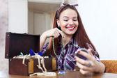 Frau versucht Halskette in Haus — Stockfoto