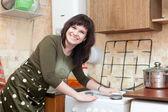 A dona de casa feliz limpa o fogão a gás — Foto Stock