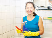 Mature woman cleans bathroom — Stock Photo