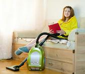 Mulher repousa de tarefas domésticas — Fotografia Stock