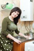 Dona de casa limpa a pia da cozinha — Foto Stock