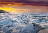 Rivier in zonsondergang in de ijzige winter — Stockfoto