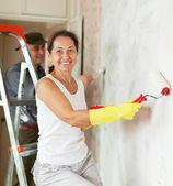 Olgun kadın ve erkek evinde onarım, yapım — Stok fotoğraf
