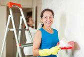 Szczęśliwe kobiety sprawia, że remont w mieszkaniu — Zdjęcie stockowe
