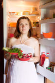 Pregnant woman with fresh vegetables — 图库照片