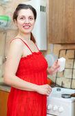 Dona de casa feliz, limpar o fogão — Foto Stock