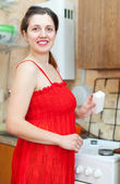 Happy housewife cleaning the gas-stove — Foto Stock