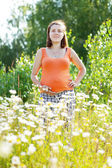Pregnant woman at camomile plant — Stock fotografie