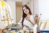 Mutlu genç kadın boya tuval üzerine — Stok fotoğraf
