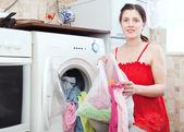 Mujer usa bolsa para la ropa en la máquina — Foto de Stock