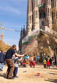Street performer working before Sagrada Familia — Stock Photo