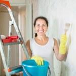 Woman makes repairs in apartment — Stock Photo