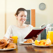 Young woman having breakfast — Stock Photo