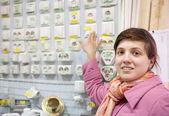 Kobieta wybiera przełącznik w sklepie elektrycznym — Zdjęcie stockowe
