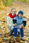 Anne ile çocuk Güz — Stok fotoğraf