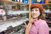 Kobieta wybiera gniazdo w sklepie elektrycznym — Zdjęcie stockowe