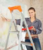 Szczęśliwa kobieta farby ścienne — Zdjęcie stockowe