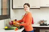 Taze sebze yıkama gülümseyen güzel kadın — Stok fotoğraf