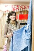 女性がカーテンを選択します。 — ストック写真