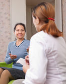 Donna dice il medico i sintomi del malessere — Foto Stock