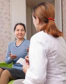 Kadın doktor kırıklık belirtileri söyler — Stok fotoğraf