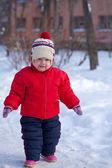 Maluch w winter park — Zdjęcie stockowe