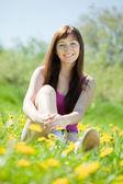 Woman relaxing outdoor in grass — Stock fotografie