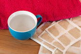 Mustard paper with towel and cup — Stock Photo