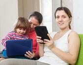 Kadın ve çocuk elektronik aygıtlar kullanarak — Stok fotoğraf