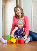 Mère joue avec bébé dans la maison — Photo