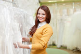 Bride chooses gown at shop of wedding fashion — Stockfoto