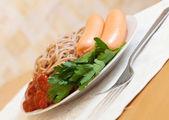 макароны спагетти с сосисками и кетчупом — Стоковое фото