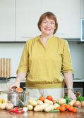 パンと野菜の成熟した主婦 — ストック写真
