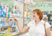 Пожилая женщина выбирает наркотиков — Стоковое фото