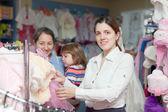 Mujeres de tres generaciones en tienda de ropa — Foto de Stock