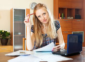 Blond kvinna med finansiella dokument och laptop — Stockfoto