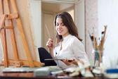 Dívka barvy na plátně s olejovými barvami — Stock fotografie
