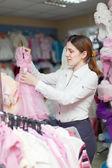 Kobieta wybiera strój dla córki — Zdjęcie stockowe