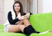 Vrouw in been warmers thuis — Stockfoto